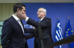 """La propuesta de reformas de Grecia enviada el lunes es un documento """"razonable"""" que puede ser la base de una negociación adecuada, y aunque es improbable que se alcance un acuerdo definitivo con Atenas el lunes, podría ser un paso hacia un acuerdo los próximos días, dijeron responsables. En la imagen, el primer ministro griego, Alexis Tsipras (I), recibido por el presidente de la Comisión Europea, Jean-Claude Juncker, para una reunión en Bruselas, el 22 de junio de 2015. REUTERS/Yves Herman"""