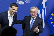 El primer ministro griego, Alexis Tsipras, es recibido por el presidente de la Comisión Europea, Jean Claude Juncker (der.) en una reunión antes de la cumbre de emergencia de la zona euro sobre Grecia, en Bruselas, Bélgica, 22 de junio de 2015. Funcionarios de la zona euro recibieron concesiones de Grecia como un progreso hacia un acuerdo que evite un incumplimento de pagos, pero políticos minimizaron las expectativas de un avance dramático en una cumbre del lunes para tratar de asegurar la permanencia del país en el sistema de la moneda común europea. REUTERS/Yves Herman