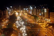 Imagen de archivo de la avenida 9 de julio en Buenos Aires, oct 25 2011. El consumo de electricidad en Argentina subió un leve 0,6 por ciento interanual en mayo, en un mes donde la temperatura se mantuvo por debajo del promedio mensual, dijo el lunes la Fundación para el Desarrollo Eléctrico (Fundelec).  REUTERS/Enrique Marcarian