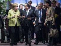 Chanceler alemã Angela Merkel conversa com presidente francês Hollande em Bruxelas.    REUTERS/John Thys/Pool