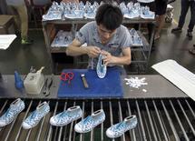L'activité manufacturière en Chine montre des signes de stabilisation en juin mais s'est encore contractée, pour le quatrième mois d'affilée, selon les résultats préliminaires d'une enquête menée auprès des directeurs d'achat. /Photo prise le 14 mai 2015/REUTERS/John Ruwitch