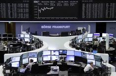 Operadores trabajando en la Bolsa de Fráncfort, Alemania, 23 de junio de 2015. Las bolsas europeas ampliaban el martes el repunte de la sesión anterior y alcanzaron máximos en tres semanas por las expectativas de que Grecia esté acercándose a un acuerdo con sus acreedores internacionales. REUTERS/Remote/Staff
