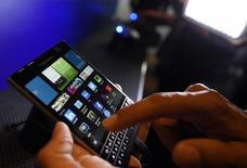 BlackBerry Ltd anunció el martes que la caída de sus ingresos empezó a desacelerarse y que su último cambio de estrategia ganó impulso con un aumento en las ventas de su crucial segmento de software en el primer trimestre, un resultado que causaba una escalada de sus acciones del 4,3 por ciento. En la imagen de archivo, muestra de un teléfono avanzado BlackBerry Passport en el acto de lanzamiento oficial celebrado en Toronto, Canadá, el 24 de septiembre de 2014. REUTERS/Aaron Harris