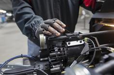 Un trabajador calibrando un eje en la nueva planta de Bicycle Corporation of America, en Manning, Carolina del Sur, 19 de noviembre de 2014. El crecimiento del sector manufacturero de Estados Unidos se moderó en junio por tercer mes consecutivo, bajando a su ritmo más lento desde fines de 2013, de acuerdo con un reporte industrial divulgado el martes. REUTERS/Randall Hill