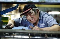 Imagen de archivo de un trabajador ajustando una máquina en una cooperativa en Buenos Aires. La actividad industrial argentina acumularía 22 meses de baja consecutiva en mayo, principalmente por la retracción en el rubro automotriz que es uno de los de mayor ponderación sobre el índice, según un sondeo de Reuters publicado el martes.  Reuters/ Enrique Marcarian