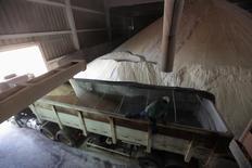 Un camión es cargado con azucar en un molino de Da Mata, en Valparaíso, noroeste de Sao Paulo, Brasil, 18 de septiembre de 2014. La región del centro sur de Brasil produjo 1,97 millones de toneladas de azúcar en la primera mitad de junio, dijo el martes la asociación de la industria brasileña de caña de azúcar Unica, en una cifra que incumplió levemente con las estimaciones del mercado y podría apuntalar los futuros del endulzante. REUTERS/Paulo Whitaker