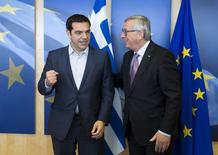 El primer ministro griego, Alexis Tsipras (izqda.), es recibido por el presidente de la Comisión Europea, Jean Claude Juncker, antes de una reunión en Bruselas, Bélgica, 24 de junio de 2015. El Gobierno izquierdista de Grecia expresó el martes su confianza en que el Parlamento apruebe un acuerdo de deuda con sus acreedores, a pesar de la furiosa reacción de algunos de sus propios legisladores, que lo acusaron de ceder a la presión para aceptar más austeridad. REUTERS/Julien Warnand