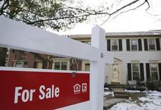 """Un cartel de """"En venta"""" cuelga frente a una casa en Oakton, Virginia, 27 de marzo de 2014. Las solicitudes de crédito hipotecario en Estados Unidos para comprar o refinanciar viviendas aumentaron la semana pasada por una rebaja de la tasa de interés, dijo el miércoles un grupo del sector. REUTERS/Larry Downing"""