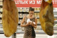 Женщина в магазине в Москве 18 августа 2014 года. Президент РФ Владимир Путин подписал указ о продлении на год действия запрета на импорт продуктов питания связи с продлением санкций ЕС. REUTERS/Maxim Zmeyev