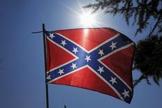 Флаг Конфедерации в Колумбии, Южная Каролина 23 июня 2015 года. Крупные американские производители флагов объявили, что прекратят производство и продажу стяга боровшихся за сохранение рабства южных штатов, откликнувшись на недавний расстрел чернокожих прихожан в церкви Чарльстона. REUTERS/Brian Snyder