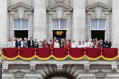 Rainha e outros membros da realeza no Palácio de Buckingham.  13/6/2015.   REUTERS/Stefan Wermuth