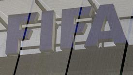 Логотип ФИФА на штаб-квартире организации в Цюрихе 3 октября 2013 года. Власти Швейцарии проверяют гранты ФИФА, которые организация выдавала на развитие футбола по всему мира, в рамках расследования возможных нарушений, допущенных ФИФА в процессе определения хозяев чемпионатов мира 2018 и 2022 года, сообщил осведомленный источник. REUTERS/Arnd Wiegmann