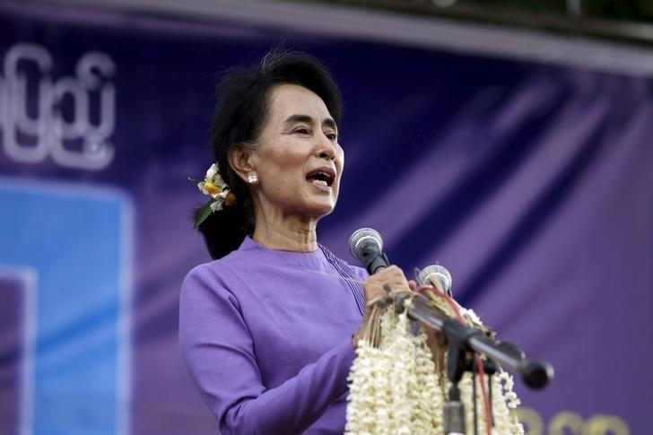 Myanmar's opposition leader Aung San Suu Kyi speaks to her supporters during a visit to Mawlamyaing township in Mon State May 16, 2015. REUTERS/Soe Zeya Tun