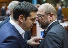 Primeiro-ministro grego, Alexis Tsipras (esquerda), conversa com o presidente do Parlamento Europeu, Martin Schulz, durante uma cúpula de líderes europeus em Bruxelas, na Bélgica, nesta quinta-feira. 25/06/2015 REUTERS/Yves Herman
