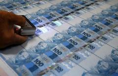 Notas de 100 reais sendo inspecionadas na Casa da Moeda, no Rio de Janeiro. 23/08/2012 REUTERS/Sergio Moraes