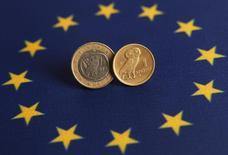 Монеты 1 евро и греческая драхма на фоне флага ЕС. 14 июня 2012 года. Курс евро снижается после очередных безуспешных переговоров Греции с кредиторами. REUTERS/Murad Sezer