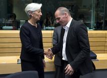 """El ministro griego de Finanzas, Yanis Varoufakis, dijo que su país había hecho todo lo que podía para dar cabida a las """"extrañas demandas"""" hechas por sus acreedores, y estaba decidido a seguir formando parte de la zona euro. En la imagen, Varoufakis dando la mano a la directora gerente del Fondo Monetario Internacional, Christine Lagarde, durante una reunión en Bruselas el 25 de junio de 2015. REUTERS/Philippe Wojazer"""