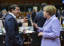 El primer ministro griego, Alexis Tsipras (I) habla con la canciller de Alemania, Angela Merkel en la cumbre de líderes de la Unión Europea en Bruselas, el 25 de junio de 2015. El primer ministro de Grecia, Alexis Tsipras, expresó la frustración de su Gobierno con las exigencias de los acreedores por medidas de austeridad durante conversaciones el viernes con los líderes de Francia y Alemania, dijo un funcionario gubernamental. REUTERS/Yves Herman