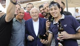 Presidente da Fifa, Joseph Blatter, posa com trabalhadores durante evento com operários das obras do museu da Fifa, em Zurique. 25/06/2015 REUTERS/Kurt Schorrer