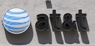 El logo de AT&T en una tienda en Beverly Hills, California, 31 de agosto de 2011. El gigante de estadounidense de telecomunicaciones AT&T dijo el jueves que invertirá alrededor de 3,000 millones de dólares en México para desplegar su servicio de red móvil de alta velocidad, un paso más en su camino para competir con la local América Móvil. REUTERS/Danny Moloshok