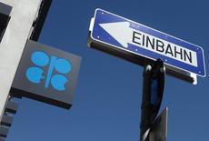 El logo de la OPEP, en la sede del organismo en Viena, Austria, 5 de junio de 2015. El petróleo retrocedía el viernes, aunque seguía en un ajustado rango de transacciones mientras los inversores esperan el resultado de las negociaciones nucleares con Irán y de las relacionadas con la deuda de Grecia. REUTERS/Heinz-Peter Bader