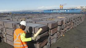 Un trabajador revisa un cargamento de cobre de exportación en el puerto de Valparaíso, Chile, ene 25 2015. El cobre y otros metales básicos cayeron el viernes, en medio de una ola vendedora de acciones chinas y la incertidumbre en torno a las negociaciones sobre la deuda griega que se llevarán a cabo el fin de semana. REUTERS/Rodrigo Garrido