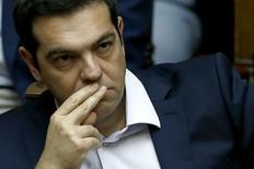 """El primer ministro griego, Alexis Tsipras, convocó el sábado un referéndum sobre las propuestas de austeridad de los acreedores internacionales del país y rechazó un """"ultimátum"""" de estas instituciones, dejando en manos de la ciudadanía una decisión que podría definir el futuro de Grecia en Europa. En la imagen, Tsipras durante la sesión parlamentaria celebrada en Atenas el 27 de junio de 2015. REUTERS/Alkis Konstantinidis"""