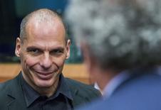 A son arrivée à la réunion de l'Eurogroupe à Bruxelles, le ministre grec des Finances, Yanis Varoufakis, a déclaré que la Grèce allait demander la prolongation de quelques semaines du plan d'aide dont elle bénéficie en raison de la convocation d'un référendum dans huit jours. /Photo prise le 27 juin 2015/REUTERS/Yves Herman
