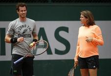 Britain's Andy Murray (L), listen to his coach and former tennis player Amelie Mauresmo during a training session for the French Open tennis tournament at the Roland Garros stadium in Paris, France, May 23, 2015.  REUTERS/Vincent Kessler