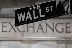 L'évolution de la situation en Grèce, au bord d'une situation de défaut de paiement après le nouvel échec des discussions samedi, ainsi que les incertitudes concernant le calendrier du relèvement des taux d'intérêt de la Réserve fédérale sont susceptibles de dicter l'évolution de Wall Street lors d'une semaine écourtée.  Wall Street sera fermée vendredi en raison de la fête nationale. /Photo d'archives/REUTERS/Carlo Allegri