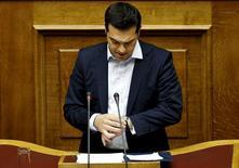 El primer ministro griego, Alexis Tsipras, en el Parlamento en Atenas, 28 de junio de 2015. El primer ministro griego, Alexis Tsipras, habló el lunes con el presidente de la Comisión Europea, Jean-Claude Juncker, y pidió ayuda para obtener una breve extensión del plan de rescate del país y dar tiempo a que se lleve a cabo un referéndum sobre sus términos, dijo un funcionario del gobierno de Atenas. REUTERS/Alkis Konstantinidis/Files