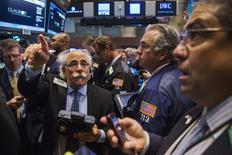 Operadores trabajando en la Bolsa de Nueva York, 25 de junio de 2015. Las acciones abrieron en baja en la Bolsa de Nueva York luego del fracaso de las negociaciones de Grecia con sus acreedores, lo que aumentaba las probabilidades de que el país salga de la zona del euro. REUTERS/Lucas Jackson