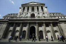Peatones pasan junto al Banco de Inglaterra, en Londres, el 15 de mayo de 2014. El Banco de Inglaterra debería evitar un alza muy pronta de las tasas de interés y es tan probable que los tipos bajen como que suban en el futuro, dijo su economista jefe. REUTERS/Luke MacGregor