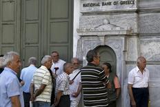 Unas personas, principalmente pensionados, realizan una fila a las afueras de una sucursal del Banco Nacional de Grecia en Atenas, jun 29 2015. Grecia no realizará un pago de 1.600 millones de euros que vence el martes por créditos del Fondo Monetario Internacional, dijo el lunes a Reuters un funcionario del Gobierno en Atenas, poniendo de relieve la profundidad de la crisis financiera que enfrenta el país.  REUTERS/Alkis Konstantinidis
