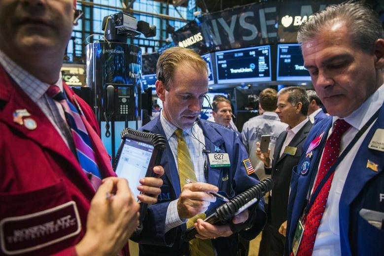 Traders work on the floor of the New York Stock Exchange in New York June 25, 2015. REUTERS/Lucas Jackson
