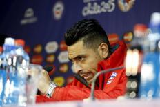 Gonzalo Jara, da seleção do Chile, durante entrevista coletiva em Santiago. 14/06/2015 REUTERS/Ivan Alvarado