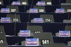 """Таблички с перечеркнутым словом """"роуминг"""" в Европейском парламенте в Страсбурге 11 марта 2015 года. Европейский союз предварительно договорился отменить плату за роуминг во всех 28 странах блока к июню 2017 года и потребовать от таких телекоммуникационных операторов, как Deutsche Telekom и Orange, обеспечить равный доступ к мобильному интернету для всех. REUTERS/Vincent Kessler"""