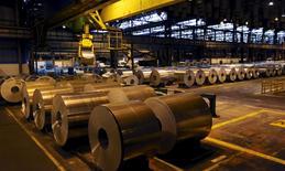 Un hombre camina junto a unas barras de aluminio, en una fábrica en Pindamonhangaba, Brasil, 19 de junio de 2015. El índice de confianza de la industria brasileña descendió un 4,9 por ciento en junio y volvió a tocar el nivel más bajo de la serie histórica iniciada en octubre de 2005, en una muestra de debilidad por quinto mes consecutivo, dijo el martes la privada Fundación Getulio Vargas (FGV). REUTERS/Paulo Whitaker