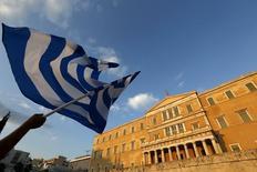 """La Commission européenne a présenté à Athènes une offre de la dernière chance afin de tenter de parvenir à un accord """"argent frais contre réformes"""" avant l'expiration ce mardi de l'actuel programme de renflouement, une démarche qui a surpris Berlin où certains jugent qu'il est trop tard. /Photo prise le 29 juin 2015/REUTERS/Yannis Behrakis"""