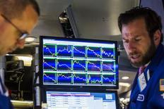 Operadores trabajando en la Bolsa de Nueva York, 29 de junio de 2015. Las acciones recortaban sus ganancias tempranas el martes en la bolsa de Nueva York y estaban planas, ante el nerviosismo de inversores que se preguntaban si las negociaciones de último minuto entre Grecia y sus acreedores arrojarán un acuerdo que mantendrá al país dentro de la zona euro. REUTERS/Lucas Jackson