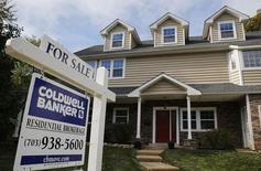 Un cartel que anuncia la venta de la casa, fotografiado en Viena, Virginia, 20 de octubre de 2014. Los precios de las viviendas unifamiliares de Estados Unidos subieron en abril respecto del nivel del mismo mes del 2014 pero a un ritmo más lento de lo pronosticado, mostró el martes un sondeo que el mercado sigue de cerca. REUTERS/Larry Downing
