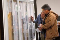 Offres d'emploi à San Francisco. Le secteur privé a créé 237.000 emplois (contre 218.000 attendus) en juin aux Etats-Unis, au plus haut depuis décembre, une situation du marché de l'emploi propre à inciter la Réserve fédérale à lancer un cycle de hausse des taux dans le courant de l'année, suivant le rapport national sur l'emploi ADP paru mercredi. /Photo d'archives/REUTERS/Robert Galbraith