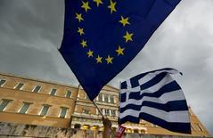 Le Premier ministre grec Alexis Tsipras a écrit à ses créanciers pour leur dire que la Grèce était susceptible d'accepter leur projet d'accord publié dimanche -- sous réserve de quelques modifications -- une initiative que l'Allemagne a accueillie avec scepticisme tout en affirmant rester ouverte à la négociation.  /Photo prise le 30 juin 2015/REUTERS/Yannis Behrakis