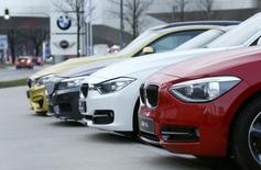BMW n'est pas opposé au principe de construire des automobiles pour des tiers tels que Google ou Apple, a déclaré mercredi le responsable de la production du constructeur bavarois, ajoutant toutefois qu'il n'y avait pour l'heure aucune discussion en ce sens. /Photo prise le 17 mars 2015/REUTERS/Michaela Rehle