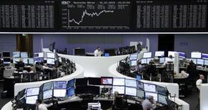 Operadores trabajando en la Bolsa de Fráncfort, 1 de julio de 2015. Las acciones europeas cerraron en alza el miércoles, tras un reporte de que Grecia estaba lista para aceptar la mayoría de las condiciones impuestas por sus acreedores internacionales para alcanzar un acuerdo por su deuda. REUTERS/Remote/Staff