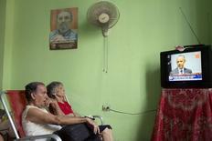 Cubanos assistem à transmissão da mensagem do presidente dos Estados Unidos, Barack Obama, em Havana, Cuba, nesta quarta-feira. 01/07/2015 REUTERS/Alexandre Meneghini