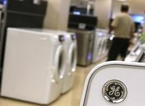 A Sears customer shops near General Electric appliances in Schaumburg, Illinois, September 8, 2014. REUTERS/Jim Young