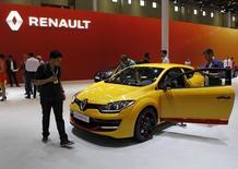 Au salon automobile d'Istanbul, en Turquie. Renault a annoncé jeudi son intention de recruter un millier de personnes en 2015 dans son réseau commercial, qu'il s'agisse des concessionnaires privés ou des filiales de distribution de la marque. /Photo prise le 21 mai 2015/REUTERS/Osman Orsal