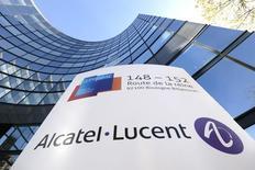 El logo de Alcatel-Lucent en la sede de la compañía en Boulogne-Billancourt, cerca de París, 14 de abril de 2015. Dos grandes operadores de telecomunicaciones de China se comprometieron a comprar equipos de redes por un valor de 1.400 millones de euros a la compañía francesa Alcatel-Lucent este año, según el Gobierno francés. REUTERS/Gonzalo Fuentes