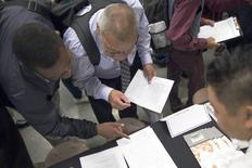 Pessoas preenchendo fichas para empregos em Los Angeles, na Califórnia.   04/06/2015  REUTERS/David McNew